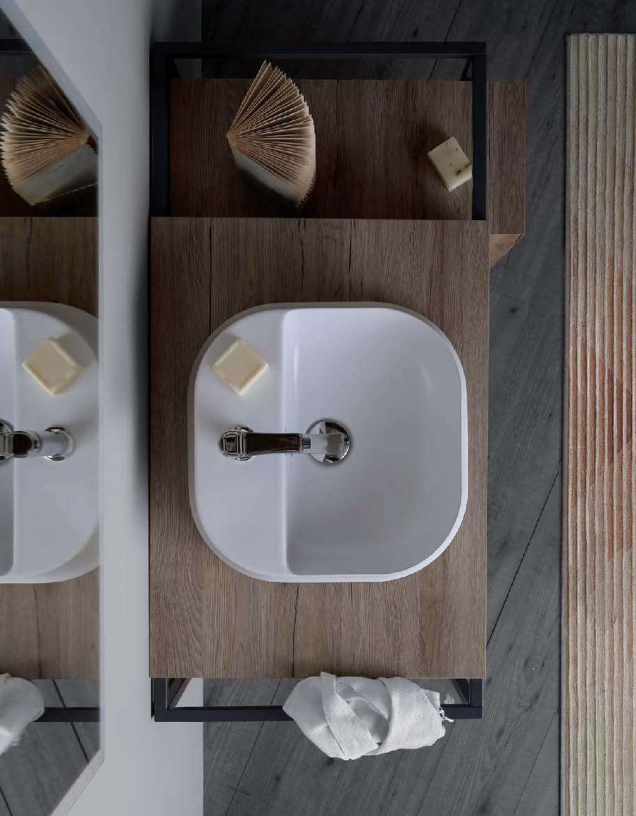 Arredamento bagno moderno - mobili in legno, lavabo in ceramica, rubinetteria in acciaio e accessori in metallo nero